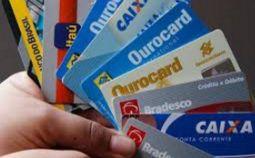 O que é um Cartão de Crédito e Como Funciona? Um cartão de crédito é uma ferramenta que permite que você use o dinheiro emprestado para pagar por bens e serviços. Funciona assim: Quando você for aprovado, os banco vai conceder a você ao longo de um período mensal um limite de crédito sob a forma de um cartão de plástico para usar a seu critério.