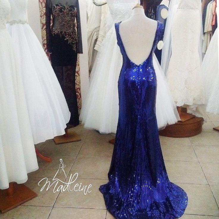 Granatowa i cudowna suknia z cekinami oraz dużym dekoltem na plecach