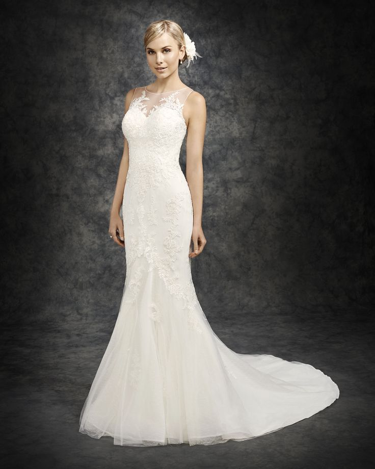 Trending Sleeveless Jewel Neck Lace Decorated Tulle Chapel Train Slim Fitted Wedding Dress with Delicate Back