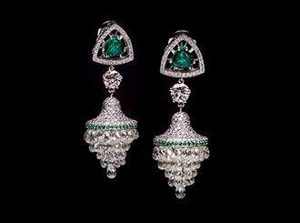 Meravigliosa coppia di orecchini Di Gregorio Milano in oro bianco 18kt con smeraldo triangolare coronato da diamanti bianchi. Pendente a grappolo di diamanti briolette e campana pavé di diamanti bianchi e smeraldi. Diamante sospeso taglio brillante.