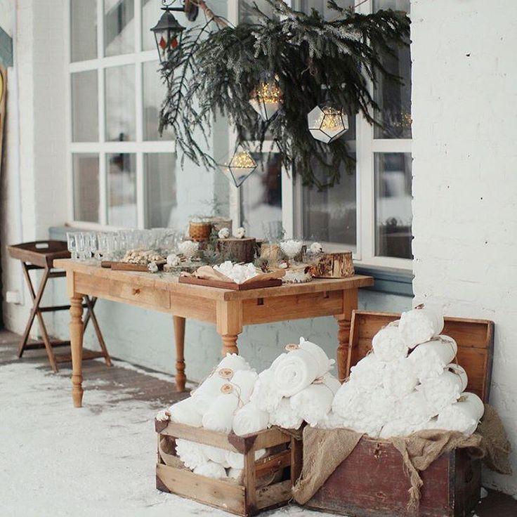Зимние свадьбы всегда обладают особой магией, добавьте к этому ощущению невероятный свет, белоснежный снег, теплые пледы, аппетитные сладости и бокал глинтвейна ❄️ Фото @warmphotos Декор @holiday_everyday  #julyevent #AntonyJanewedding