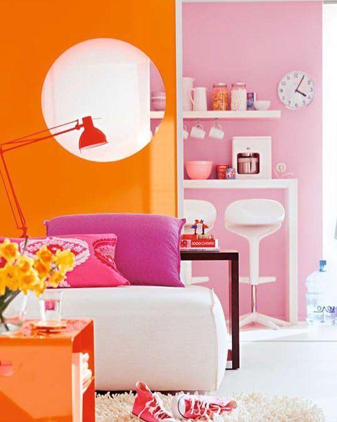 Ambientes coloridos nunca saem de moda e possuem uma energia sem igual. Cores fortes como o laranja combinam bem com tons de rosa e móveis claros.  Produtos similares: - Banco Para Cozinha Lirio Branca; - Luminária Leitura Vintage Vermelha 40X14 Bivolt; - Mesa Lateral Los Angeles.  #moblybr #mobly #lar #tendenciadecoração #home #design #inspiration #decor #decoration #homedecor #casa #decoracao #inspiracao #homedecoration #casanova #instahome #instadesign #homedesign #homestyle #lardocelar…