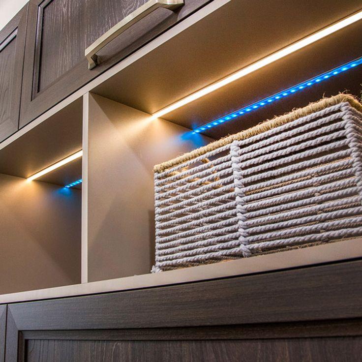 Armoire ouverte avec ruban LED encastré dans les caissons