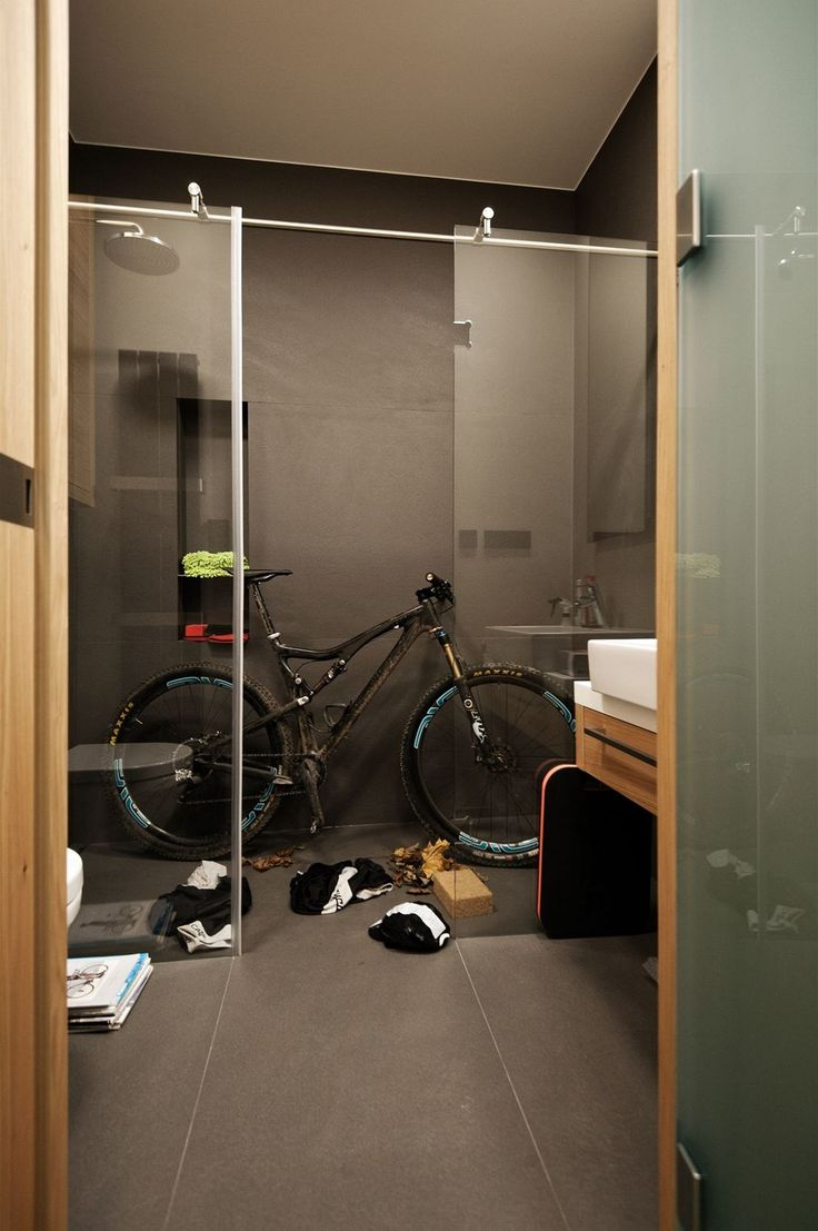 Jedna z koupelen se proměnila na myčku pro kola, nějaké to bahno, listí nebo propocené dresy sem prostě patří.
