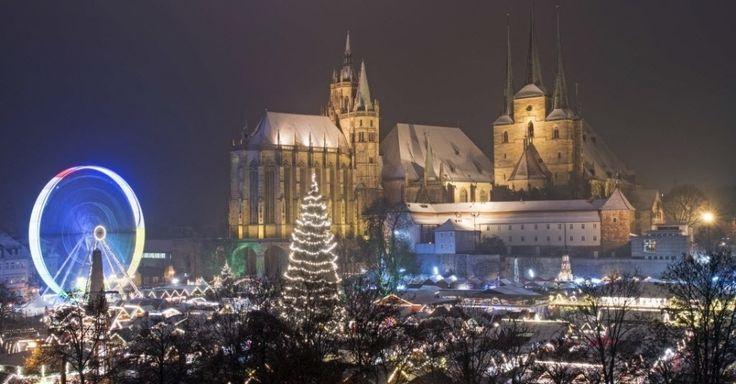 Clima de Natal inspira cidades pelo mundo. Vista geral do tradicional mercado de Natal localizado em frente à Mariendom (Catedral de Maria) e Igreja de São Severi em Erfurt, na Alemanha central. Este é um dos mercados de Natal mais bonitos do país.  Fotografia: Jens Meyer/AP.