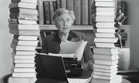 Agatha Christie circondata dai libri nel suo studio.