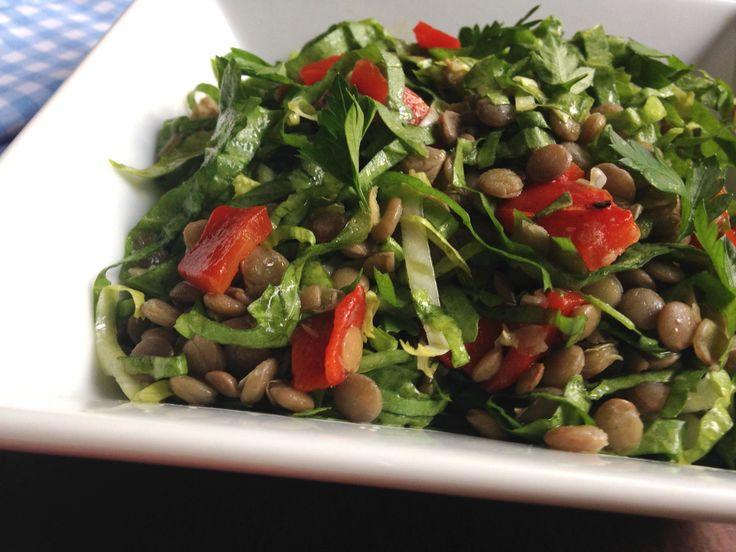 *por Marina Kawata Saladas mornas são perfeitas para o outono. Normalmente elas combinam ingredientes crus com cozidos ou assados. O calor dos alimentos que foram aquecidos, misturado com os alimentos crus e o molho, é o que faz a salada ser morna. Esta... #alimentaçãosemcarne #escarola #lentilha