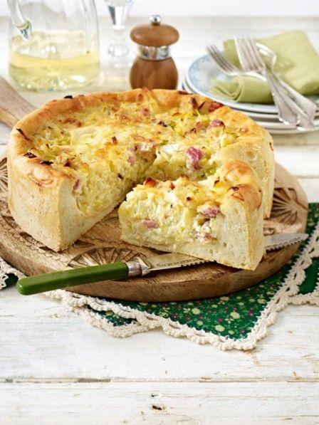 Sein Name verrät es bereits: ein herzhafter Kuchen, dessen Belag hauptsächlich aus Zwiebeln besteht. Besonders beliebt auf Weinfesten und zu Federweißer.