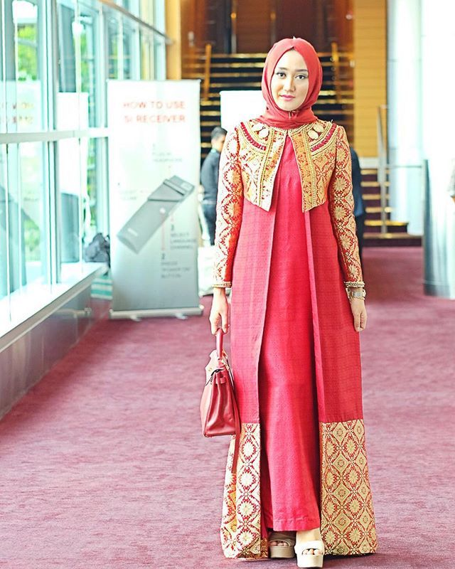 Yesterday, red songket Palembang for my session in #WorldIslamicEconomyForum2015 ❤️ How we dress is also influenced by the culture in our own country. Indonesian culture is so regal and multi-colored, gold is also @dianpelangicom signature color from many years ago so here I represent my country and my label fully dressed in @dianpelangicom thaisilk scarf from @hijabellove ✨