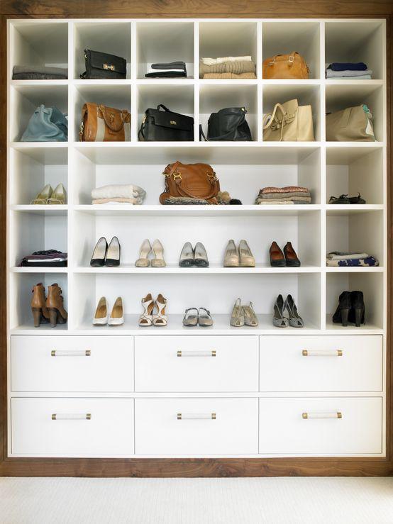 Szafka na buty, meble do przedpokoju, urządzanie korytarza, miejsce na buty i torebki, szafki. Zobacz więcej na: https://www.homify.pl/katalogi-inspiracji/13055/urzadzanie-korytarza-szafki-na-buty