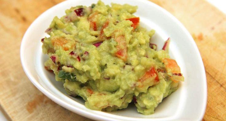 Guacamole (avokádókrém) recept - 2 db érett avokádó 1 evőkanál lime lé 0.5 teáskanál só bors - fekete (őrölt) 0.5 fej hagyma - lila 2 db jalapeno chili paprika (egész) 0.5 db paradicsom 2 evőkanál korianderzöld