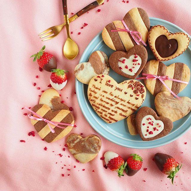 今日は2回目の結婚記念日です💕Today is my wedding anniversary💕 バレンタインにも良さそうなハートクッキーで愛のメッセージ💕笑 そしてスペルミス指摘。笑 いつも優しい旦那さん♡ 料理以外は全部してくれるので助かります😊✨✨✨ これからも楽しく仲良く過ごしていきたいなぁ😄💗 #冬のお菓子作り#おうちカフェ#デリスタグラマー#クッキングラム#cotta #lin_stagrammer #instagoods #cafetime #wedding #weddinganniversary #flush #teatime