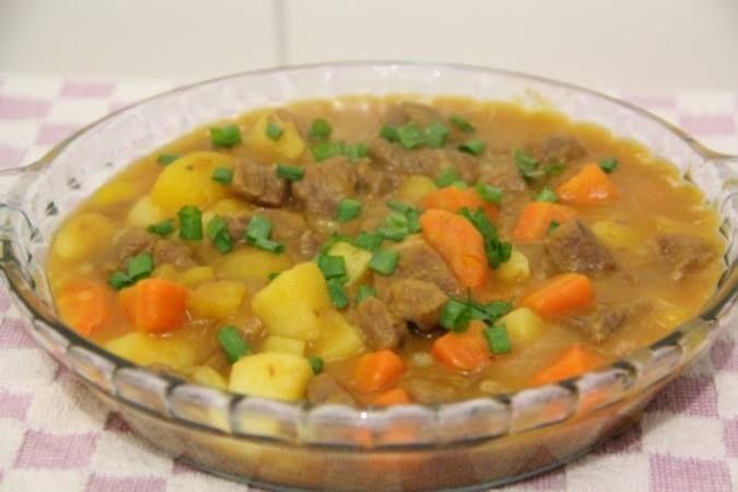 1/2 k patinho ou coxão mole cortado em cubos  - 3 médias batatas cortadas em 4 pedaços  - 2 cenouras cortadas em 6 pedaços  - 2 mandioquinhas cortadas em 4 pedaços  - 1 cebola média cortada em rodelas  - Alho a gosto  - 1 colher de café cheia de sal  - Salsa e cebolinha a gosto  - 1 colher de sopa de extrato de tomate (ou 1 tomate batido)  - 1 colher de manteiga