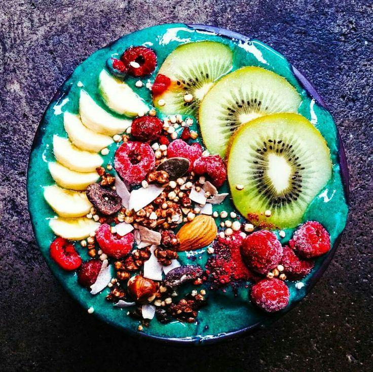 Green smoothie bowl @nomadicfitfoodie