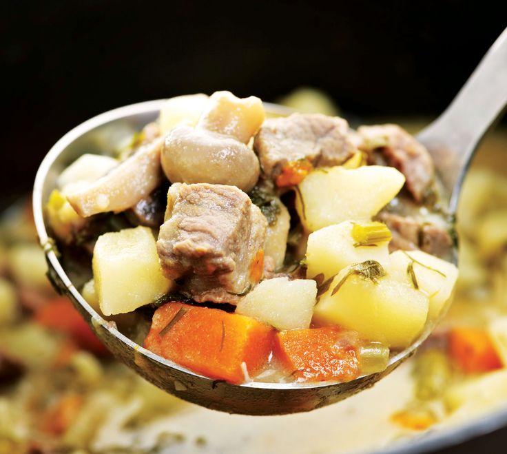 L'irish stew est une grande spécialité irlandaise à base de ragoût d'agneau (à défaut d'agneau, le mouton ou le bœuf font l'affaire), servi avec des pommes de terre et des carottes.