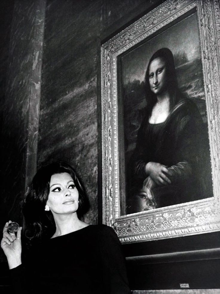 Sophia Loren standing in front of the Mona Lisa. Amazing Photograph.
