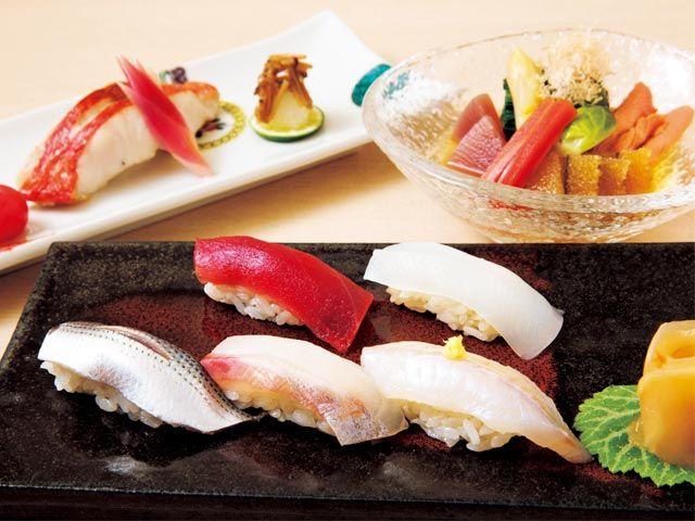 《 三越前 神田 》職人が握る江戸前鮨。ネタに合わせてシャリに赤酢を使用するなどきめ細かな仕事が光る。大阪での修業経験も持つ店主の料理は、関東・関西の食材の扱いや調理法などを柔軟に用いた品のよい和の味が楽しめる。  ワンランク上のコースとほぼ同じ内容がほぼ半額!  『魚料理専門 室町三谷屋』  和食出身の店主と、鮨屋出身の料理人が板場に立つ割烹料理店。魚の鮮度と目利きに絶対の自信を持ち、北海道や九州から当日便で空輸した産直高級魚を使用する。その自慢の魚料理を堪能できる1名客限定の「藍」コースがすごい。   熟成させた白身魚を中心とした握りをはじめ、旬の魚、珍味、当日の逸品など10品¥6,000で提供。ワンランク上のコースとほぼ同じ内容が約半額!これを機に、ひとり割烹デビューしてみては。