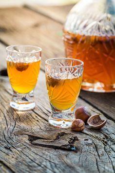 Liqueur de noisettes 400 g de noisettes brutes avec la peau, hachées grossièrement 200 ml de vodka 200 ml de Cognac 80 g de sucre (voire un peu moins) 80 ml d'eau 1 gousse de vanille, fendue