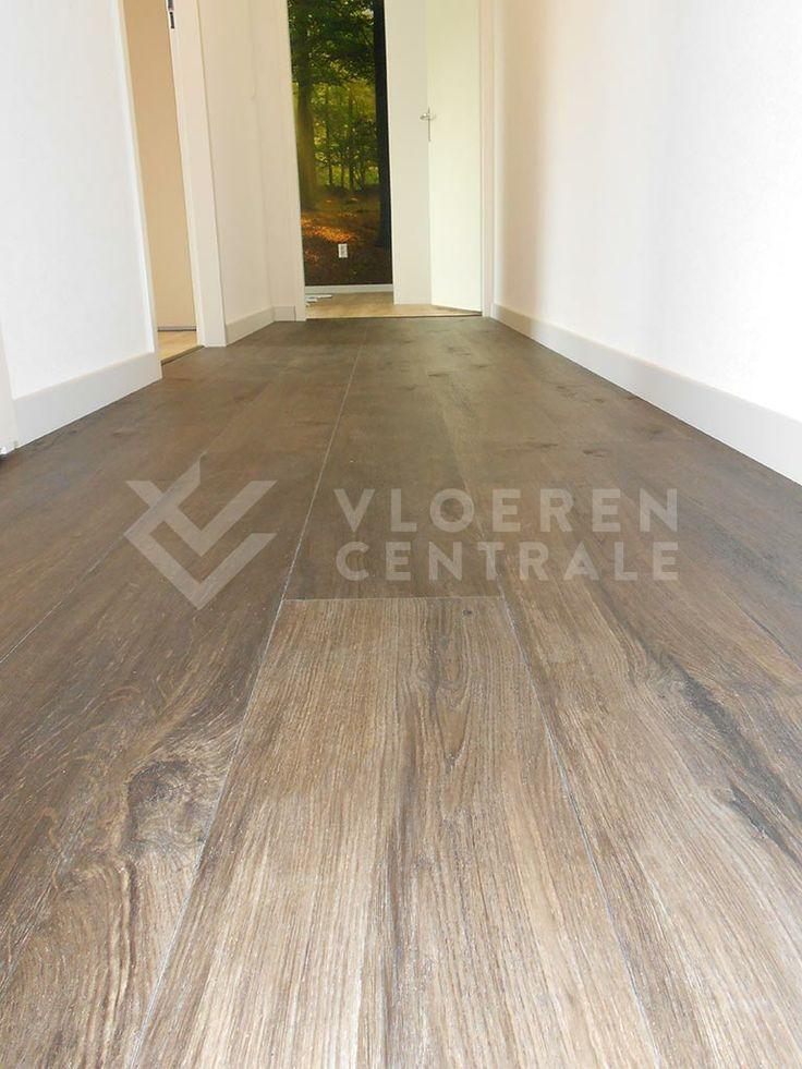 PVC vloer ComfyClick Sawn oak dark en Markham oak light met IRE embossing (structuur van de plank komt overeen met dessin van de plank) gave combi van 2 kleuren en posterbehang.