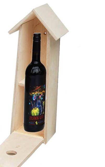 Verpakking voor een fles wijn in de vorm van een vogelflat. Het vogelhuis biedt plek voor 2 mussenfamilies.