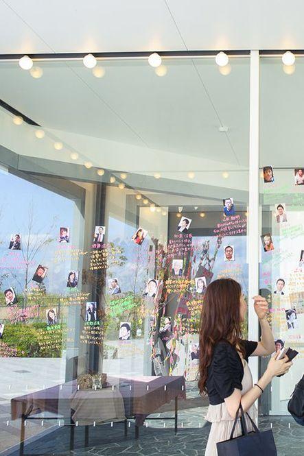 ガラス窓いっぱいを使って、ゲストの写真と新郎新婦のコメントを一緒に飾る演出。ゲストみんなが楽しいウェルカムスペースです。