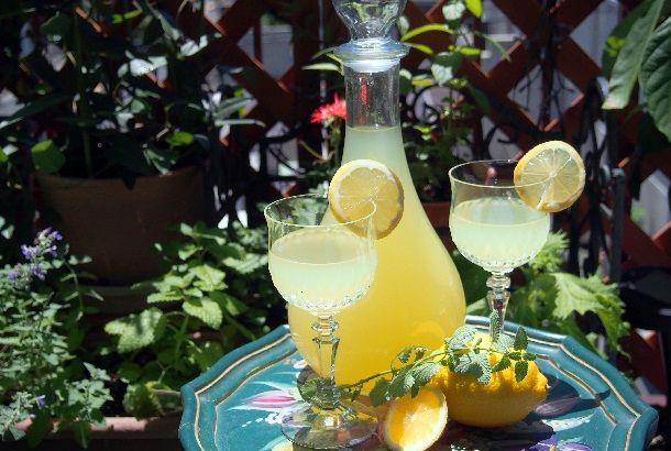リモンチェッロは、イタリア南部の地酒として作られていたレモンの皮のお酒。 甘くてほろ苦い、レモンの香りがふわっと広がります。 ストレートで食後酒として飲むのが一般的ですが、ソーダ割りにしても美味しいですよ! その他、かき氷やアイスクリームにかけたり、お菓子作りに加えるのもオススメ♪ レモンの皮を漬けるだけで、簡単に自家...