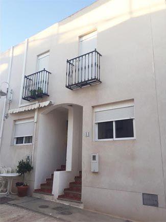 ALMERÍA, AGUA AMARGA. Ref.2659 A 100 m de la playa. Alquiler de apartamento dúplex de reciente construcción. Dispone de dos plantas:Planta baja, con salón, cocina, baño y garaje. Planta superior, con un baño y dos dormitorios. Se encuentra ubicado en una calle peatonal, a 100 m de la playa.  #IntercambioApartamento #IntercambioVacacional #AguaAmarga
