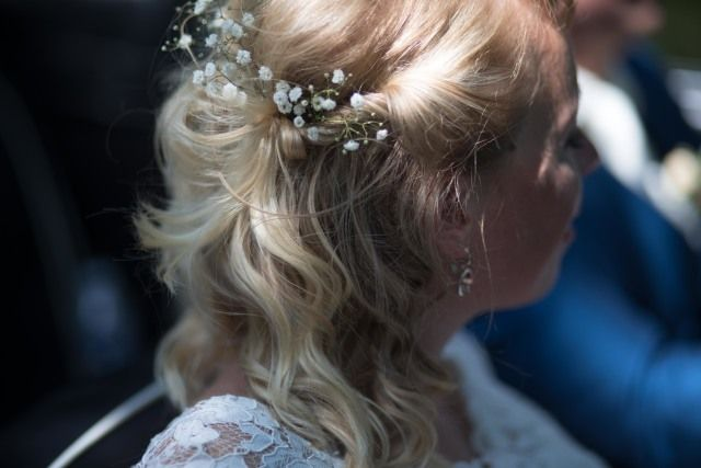 Halflang haar, gipskruid, hair, emotion, bride, brideshair, flower, blonde. Credit: Masha Bakker Photography - volk, portret, meisje, vrouw, huwelijk (ritueel), volwassen, kind, een, ceremonie, blond, bruid, mannelijk