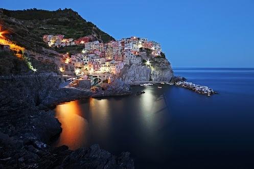 Vacanze in Liguria: consigli di viaggio e itinerari alle Cinque Terre  Uno scrittore ligure ha scritto che la Liguria è una terra di pietra che casca a precipizio sul mare: una terra fatta di pietra e di acqua.   L'uomo ha dovuto tagliare le colline, le montagne, i promontori, per poterci camminare, fare le case; nelle fasce di terra ha coltivato il basilico per fare il pesto; sul mare s'è guadagnato duramente la vita.