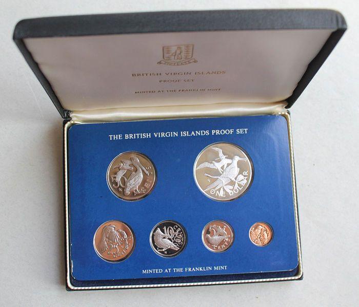 Coin set van de Britse Maagdeneilanden - 1976 - met Schijfzalm  De Britse Maagdeneilanden (Virgin Islands) zijn een Brits overzees gebiedsdeel van het Verenigd Koninkrijk.De officiële eerste KMS munt set bevat 6 munten van 1 cent naar 1 dollar.Motief van de kant van de waarde: Koningin Elizabeth II.De zijkanten van de afbeelding zijn versierd met exotische vogels van de Maagdeneilanden.1 cent brons - groen-Caribische kolibries5 cent Cu/Ni - Zenaida duif10 cent Cu/Ni - Noord-Amerikaanse grote…