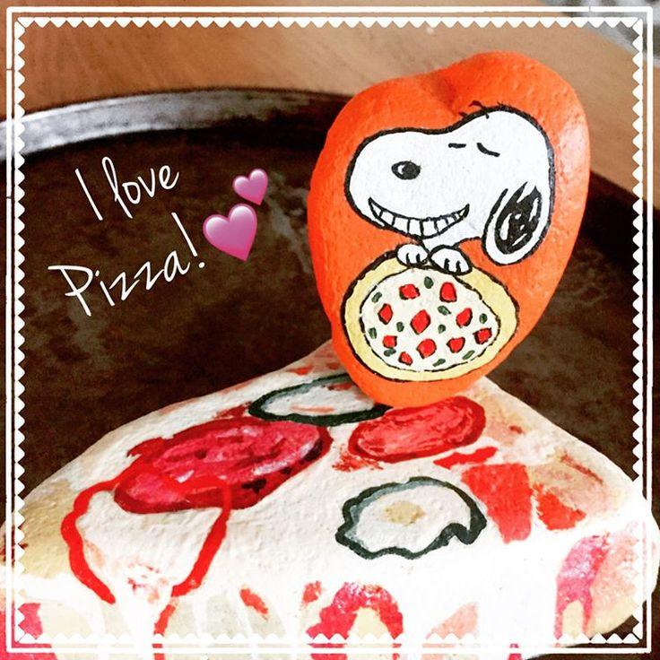 Do you like a pizza ? ・ ハート型の石ピザに目がなさそうなスヌーピー ・ ・#ストーン #ストーンペイント #手描き #手描きイラスト #スヌーピー #スヌーピー可愛い #ピザ #ピザ #石 #石絵 #カートゥーン #stone #rockpainting #stonepainting #acrylic #snoopy #cartoon #pizza #artandcraft #handpainted