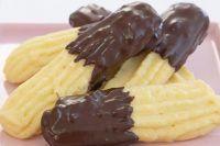 I biscotti di pasta frolla montata sono dei friabili e profumati biscotti perfetti per la colazione o per accompagnare un tè pomeridiano.