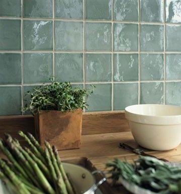 Franske håndlavede vægfliser Moustier Alphine bag køkkenbord