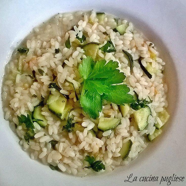 Un primo piatto elegante e gustoso ideale per un pranzo di primavera è il Risotto con zucchine e fiori di zucca! Per la ricetta: ➥ http://lacucinapugliese.altervista.org/recipe/risotto-con-zucchine-e-fiori-di-zucca/