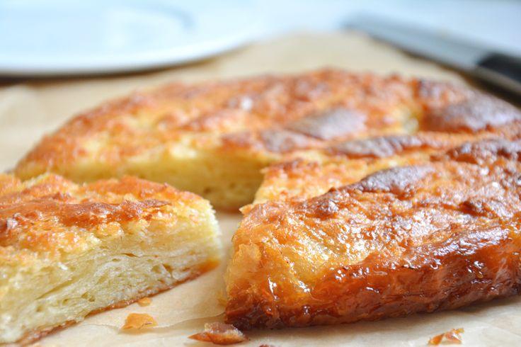 Wer jemals in der Bretagne war, wird den kouign amann kennen. Schritt für Schritt zeige ich euch das Rezept, für den bretonische Butterkuchen aus Douarnenez.