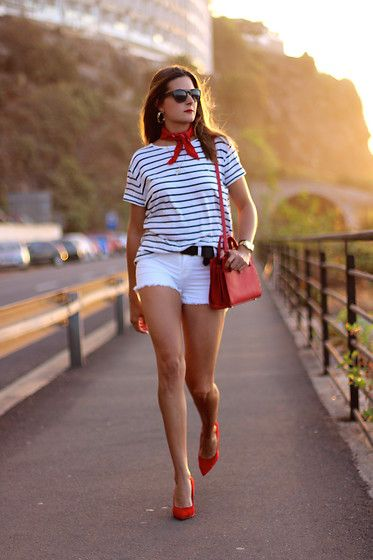 Estilo marinero. Como combinar una camiseta de rayas. Sailor style, striped t-shirt. How to match stripes t-shirt. http://www.marilynsclosetblog.com/2017/09/into-mid-season.html #marilynscloset #fashionblogger #ootd #mystyle #streetstyle #inspiration #fashion   #bohemian #chic #classic