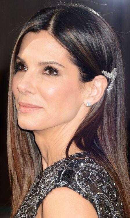 2013 Oscars award presenter Sandra Bullock in one million dillars worth of Harry Winston diamonds: diamond earstuds; diamond cluster brooch; and three diamond rings. Via The Jewellery Editor.