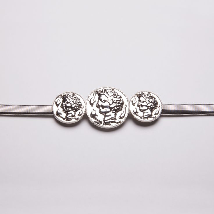 Los complementos marcan la diferencia: completa tu look de fiesta con este cinturón elástico con adorno de monedas clásicas