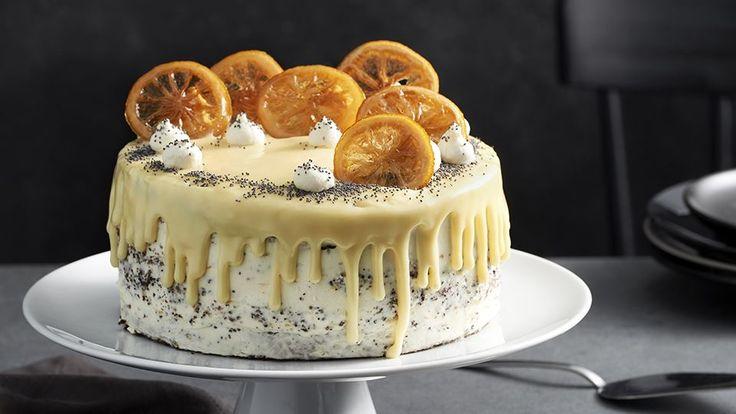 Vyskúšajte recept Veroniky Bušovej na makovú tortu bez múky s tvarohovým krémom. Dozdobená je bielou ganache polevou a kandizovaným citrónom.