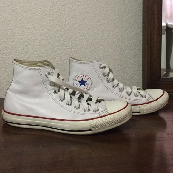 White leather Converse Gender: Unisex.                                                            Upper: Leather.                                                                     Lining: Textile.                                                               Outsole: Rubber.                                                          Size: Men's 7, Wo's 9 Converse Shoes
