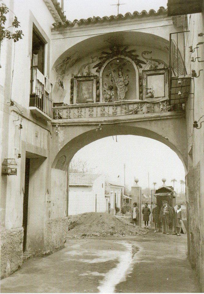 Arco de la Aurora. 1930, detra´s de la actual Gran Vías, a la altura de el corte ingles, antes galerías preciados, con la huerta ahí mismo