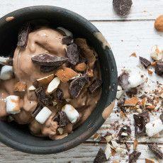 Hjemmelavet is kan laves i mange kombinationer og varianter, som iskager og brombær med hvid chokolade – få alle de skønne isopskrifter her