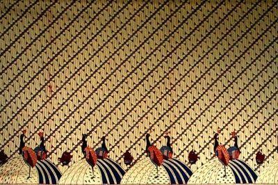 Garut Batik. Garutan batik can be identified by its distinctive colors, gumading (yellowish ivory), indigo, dark red, dark green, yellowish brown, and purple. Ivory stays dominant in the background. Despite applying traditional Javanese court motifs such as rereng, Garut batik uses lighter and brighter colors compared to Javanese court batik.