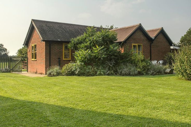 in Sydenham, United Kingdom. Rhus Cottage, is 3 miles from the market town of Thame, boasting many bars and restaurants and the award winning Le Manor aux Quat'Saisons. The farm has great access being 5 miles from junction 6 of the M40 with easy access to Oxford and London by...
