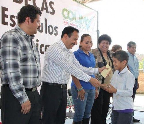 Entrega alcalde de Colima becas a alumnos de primaria y secundaria