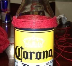 Come fare bicchieri con bottiglie di birra Corona. Uno dei loghi più sexy nel mondo della birra è quello della birra Corona. Trasformare queste bottigliette di birra in bicchieri è possibile: basta solamente seguire le indicazioni seguenti. Fai attenz...