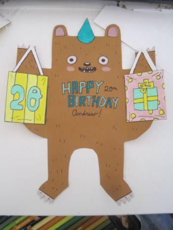 バア!  カッターやはさみでくまの形を切り抜いて、絵やメッセージを書いたら腕の部分を折り曲げるだけ。プレゼントなどを持たせるともっと華やかに。アレンジも効く素敵なカードです。