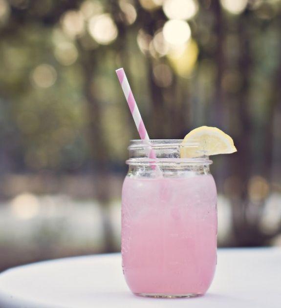 La limonada es una de las bebidas preferidas para combatir el calor del verano, pero puede llegar a ser muy básica, por eso esta vez queremos compartir contigo la receta para preparar una refrescante Limonada Rosada, cuyo intenso color brillará en cada reunión.