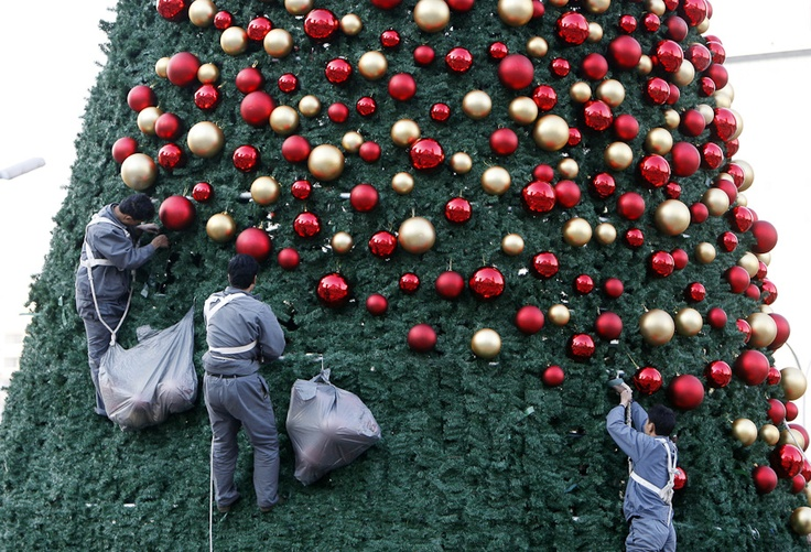 decorating a christmas threen in Beijing
