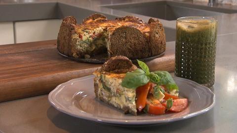 Chef-kok Sharon maakt een betaalbare en duurzame maaltijd: een heerlijke quiche met onder meer overgebleven brood. Op de site vind je het recept!  #vega #vegetarisch